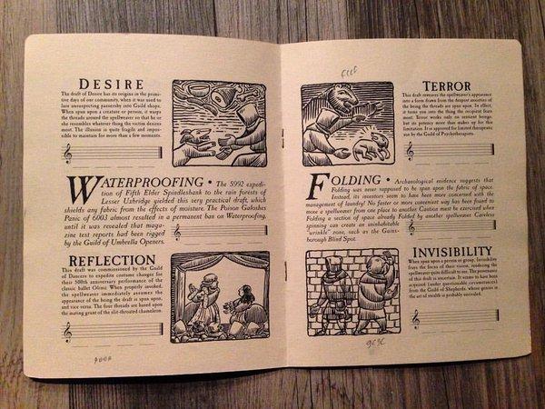 Desplegado sobre una mesa de madera, el libro de los patrones
